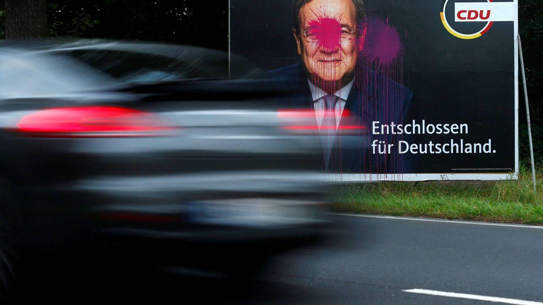 Foto: Un coche pasando frente a un cartel electoral en Alemania. (Reuters)