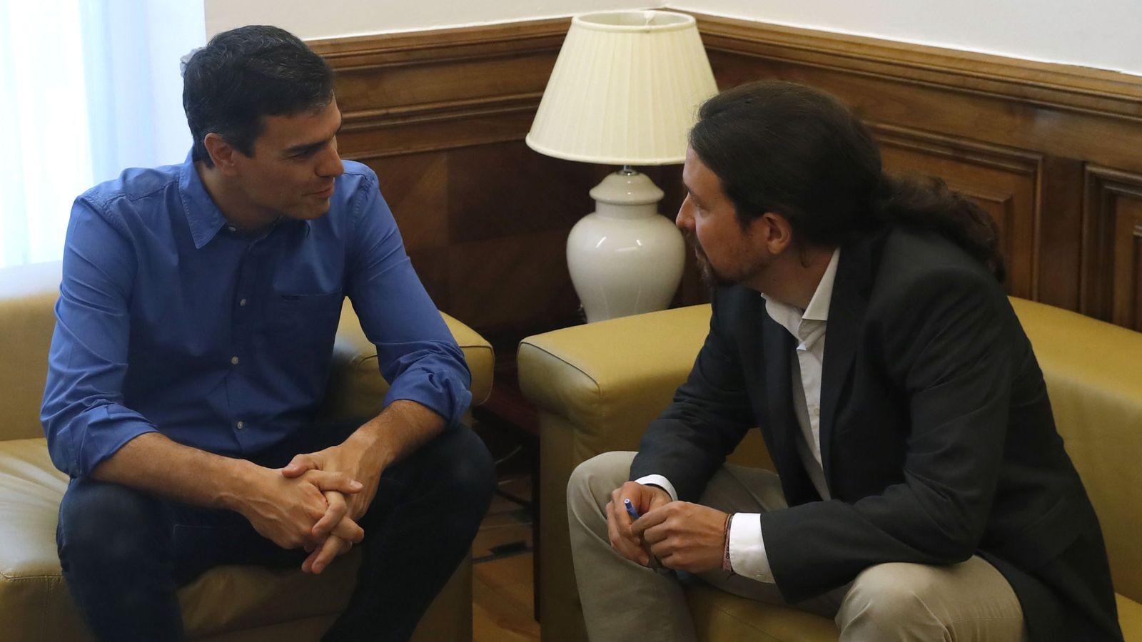 Foto: Los secretarios generales del PSOE, Pedro Sánchez (i), y de Podemos, Pablo Iglesias, durante el encuentro que mantuvieron el pasado 27 de junio en el Congreso. (EFE)