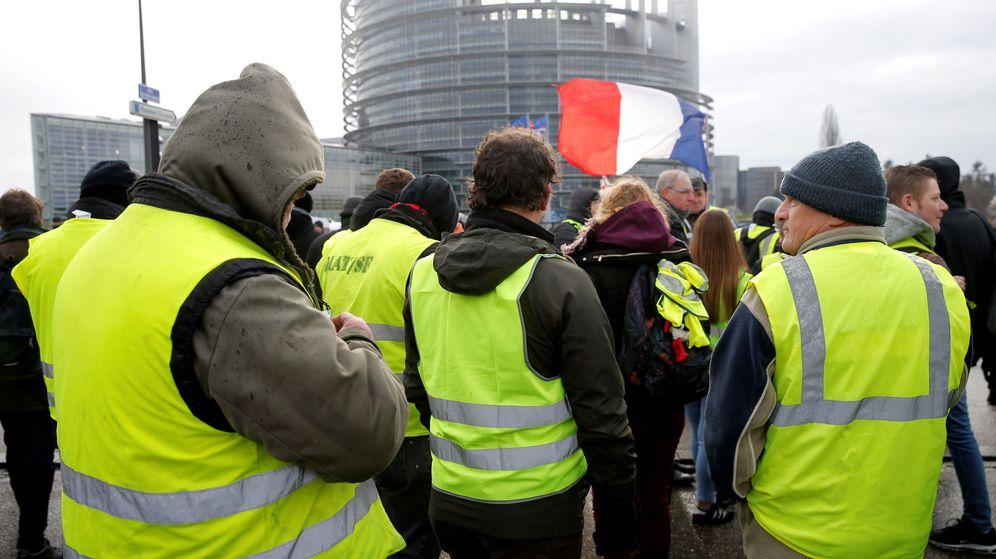 Foto: Chalecos amarillos frente a la sede del Parlamento Europeo en Estrasburgo (REUTERS)