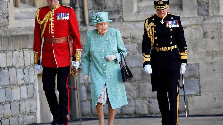 Isabel II con miembros de su personal. (Getty)