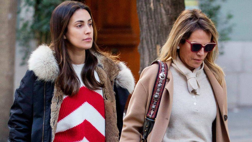 Sassa de Osma y su madre, a juego y estilosas mirando casas por Madrid
