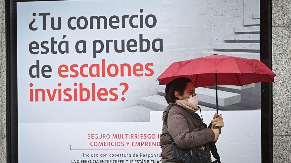 Foto: Una mujer pasa ante una sucursal bancaria. (EFE)