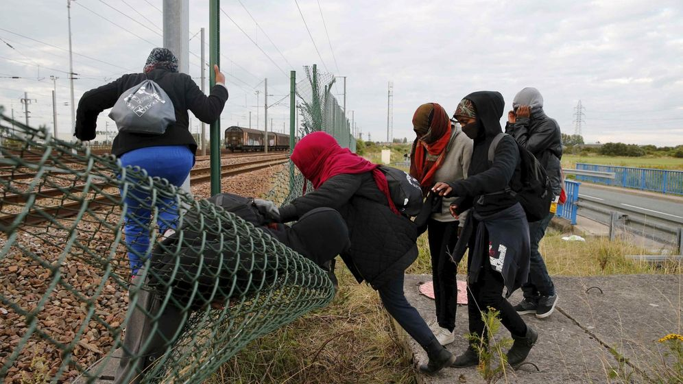 Foto: El Gobierno francés ha enviado 120 policías a la zona de Calais para ayudar a la empresa gestora del Eurotúnel a detener a los inmigrantes que intentan pasar a Inglaterra (REUTERS)