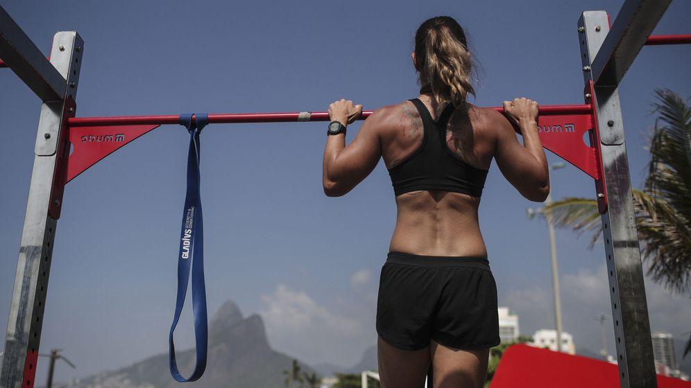 Foto: Una joven hace ejercicio en una playa de Río de Janeiro. Foto: EFE Antonio Lacerda.