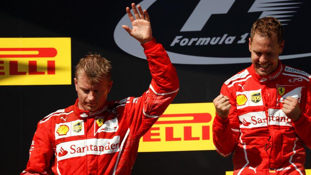 Foto: La foto parece decirlo todo: la alegría de Vettel y el consuelo justificado de Raikkonen. (EFE)