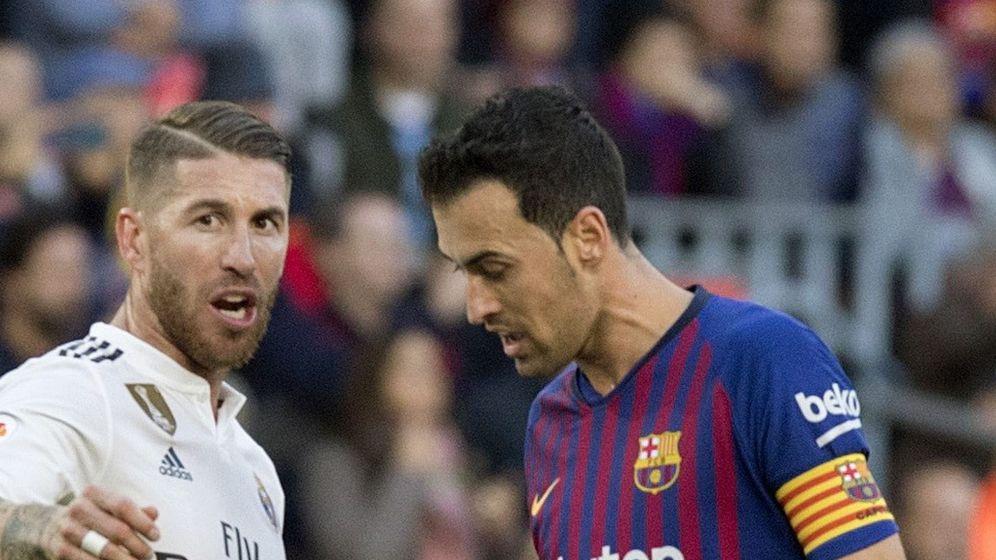 Foto: Sergio Ramos y Busquets en el partido de este domingo. (EFE)