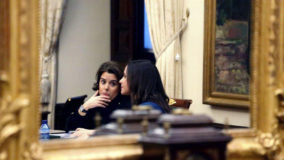 Foto: La vicepresidenta del Gobierno, Soraya Sáenz de Santamaría (d) y la líder de Ciudadanos en Cataluña, Inés Arrimadas, al inicio de la reunión que han mantenido. (EFE)