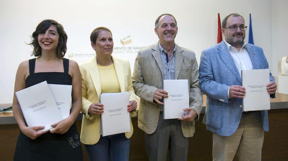 Foto: Los responsables de Geroa Bai, EH Bildu, Podemos e Izquierda Ezkerra, Uxue Barkos (2i), Adolfo Araiz (2d), Laura Pérez y José Miguel Nuin, respectivamente, durante la firma del acuerdo de gobierno de Navarra. (EFE)