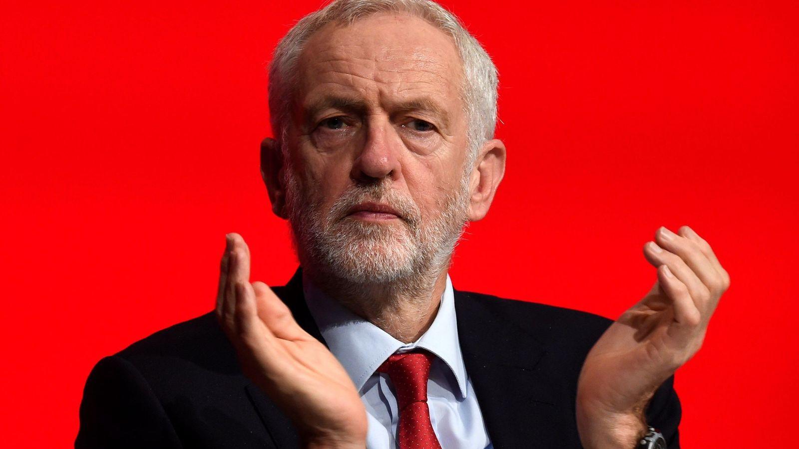 Foto: Corbyn aplaude en la conferencia laborista antes del Brexit, en la que mantienen su ambigüedad estratégica. (EFE)
