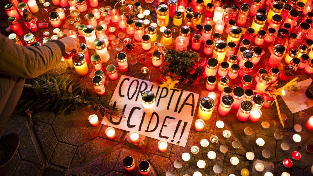 Foto: La corrupción mata, un cartel de una manifestación por los 50 muertos en un incendio en Bucarest. (Reuters)