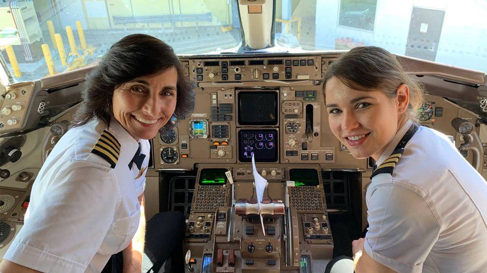 Una foto de dos pilotos de avión, madre e hija, revoluciona las redes sociales