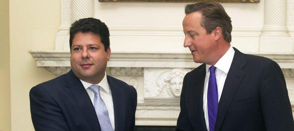 Foto: El primer ministro británico, David Cameron, saluda al ministro principal de Gibraltar, Fabian Picardo. (EFE)
