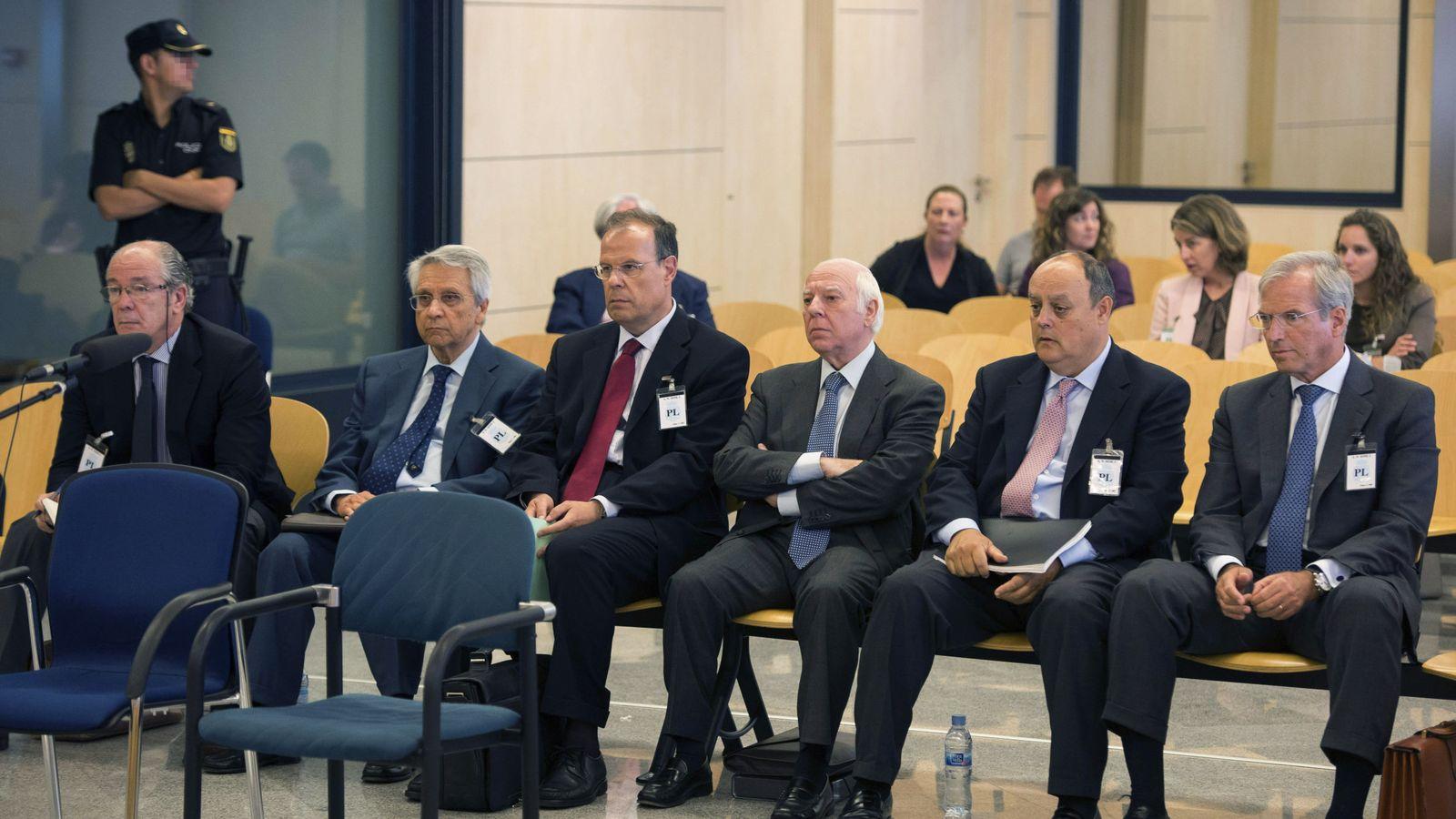 Foto: Gregorio Gorriarán (1i) y el ex director general José Luis Pego (3i), con otros acusados del caso. (EFE)