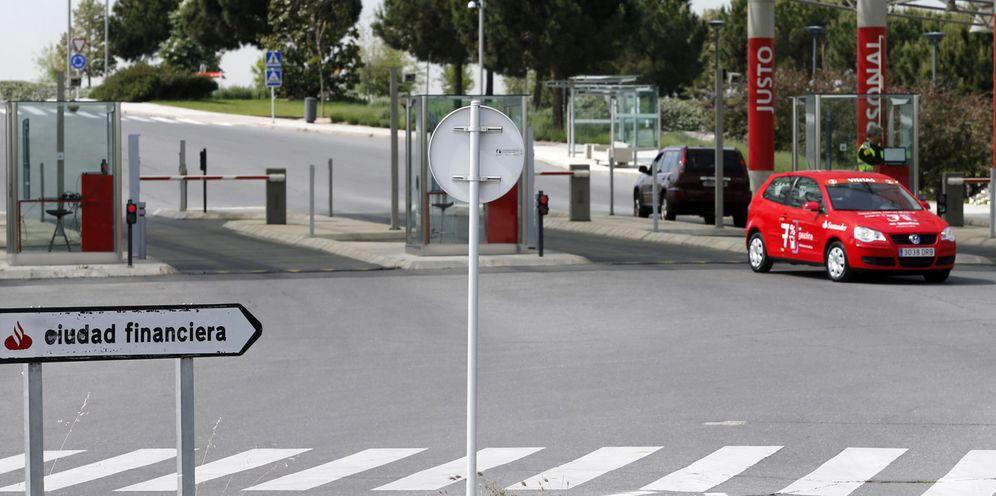 Foto: Vista de la entrada a la Ciudad Financiera del Banco Santander en la localidad de Boadilla del Monte. (EFE)