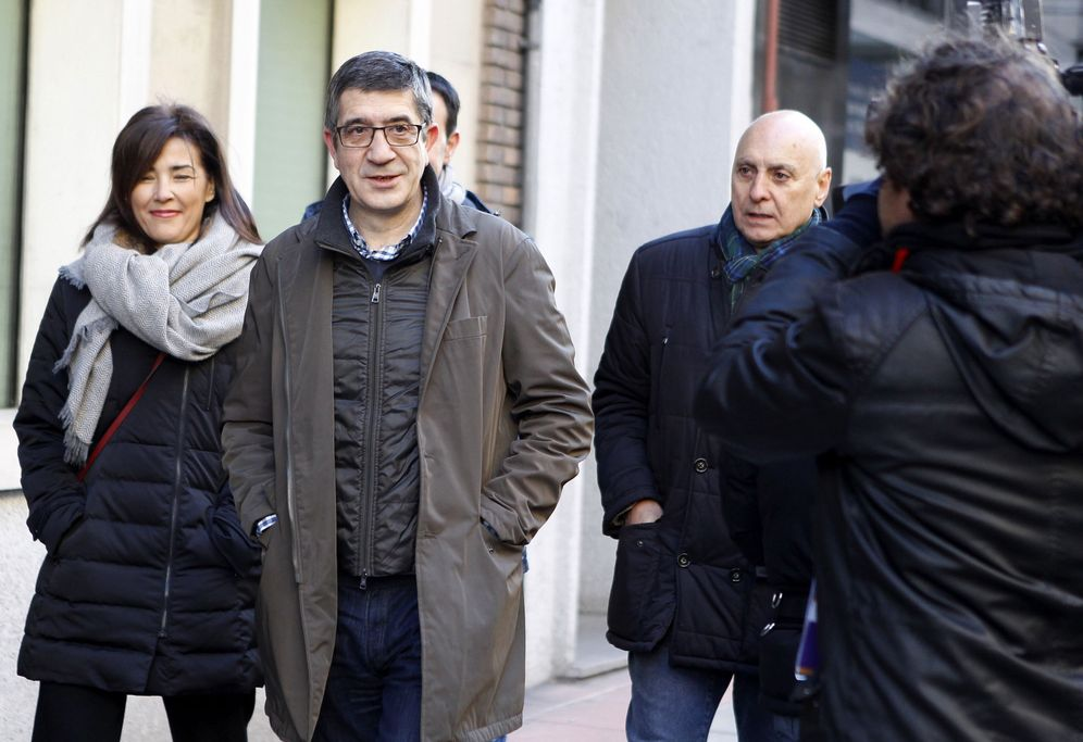 Foto: Patxi López llega a la sede del PSOE en Ferraz acompañado de su mujer, Begoña Gil, y de Rodolfo Ares, este 14 de enero. (EFE)