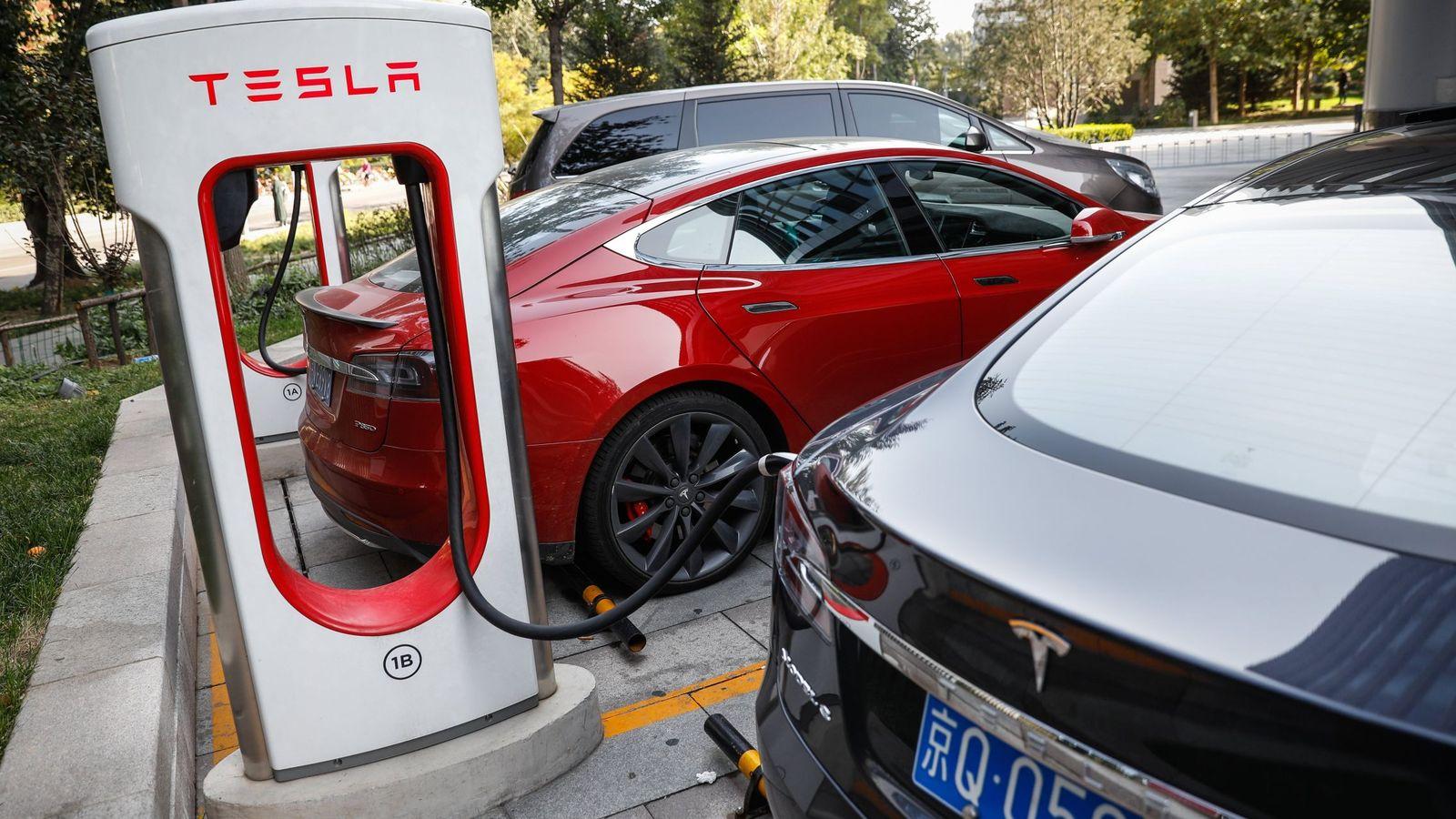 Foto: Varios vehículos eléctricos Tesla cargan en una estación en Pakín (China)