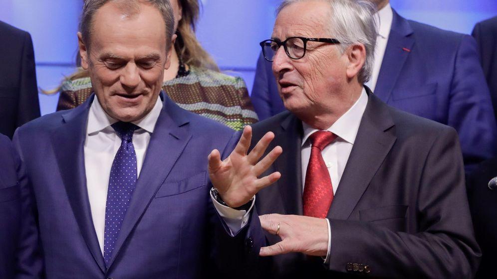 Foto: El presidente de la Comisión Europea, Jucker, junto a Donald Tusk. (EFE)