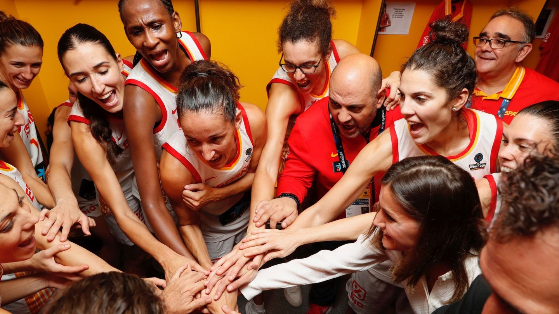 La reina Letizia con las  jugadoras de baloncesto, el pasado domingo. (EFE)