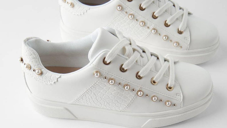 Las zapatillas deportivas blancas de Zara. (Cortesía)