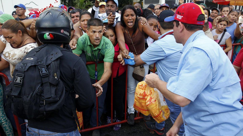 Venezolanos intentan comprar pollos en un mercado subvencionado por el Gobierno en Caracas (Reuters).