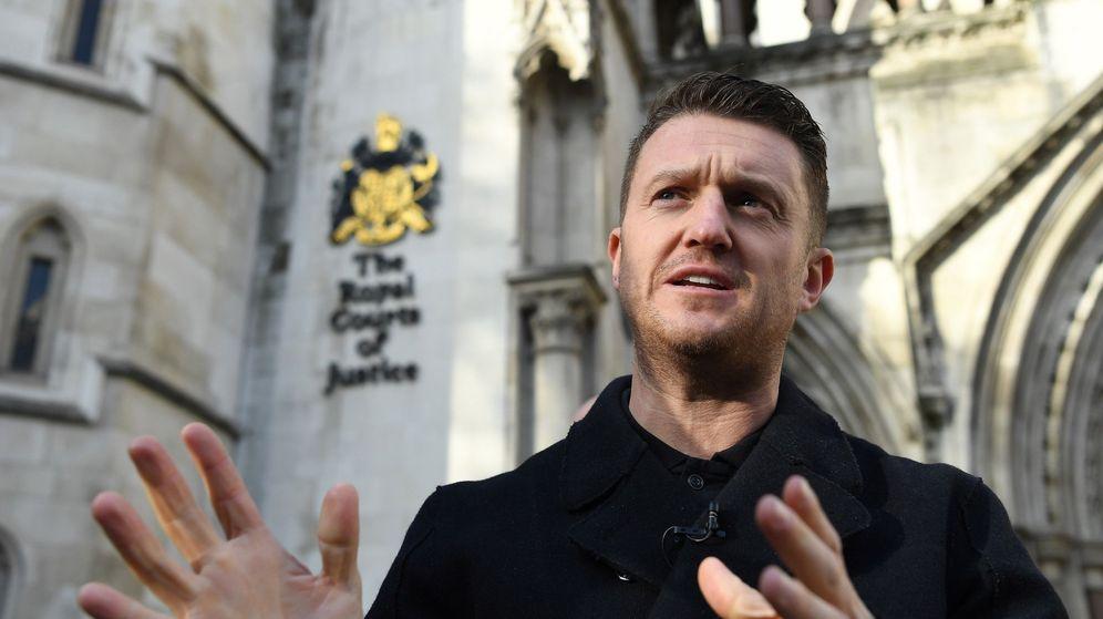 Foto: Tommy Robinson, frente a los tribunales en Londres después de haber sido denunciado por un joven sirio al que aquel acusó de haber abusado de niñas. (EFE)