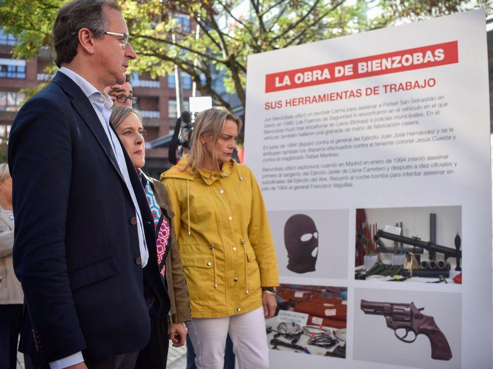 Foto: Alfonso Alonso, junto a las dirigentes del PP Amaya Fernández y Raquel González, observa el panel sobre las herramientas de trabajo de Bienzobas de la contramuestra organizada por el PP en Galdakao. (EFE)