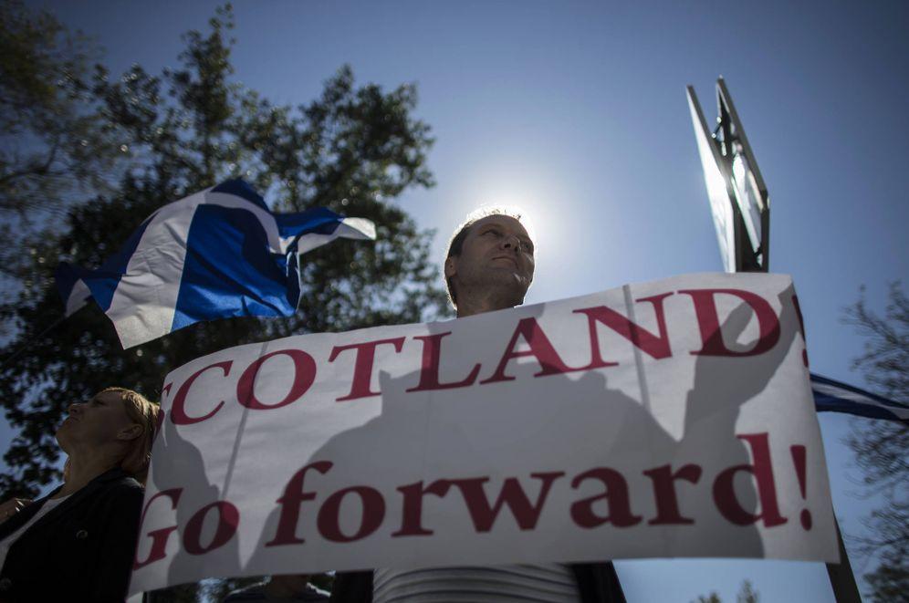 Foto: Un hombre sostiene un cartel durante una marcha a favor de la independencia de Escocia (Reuters).