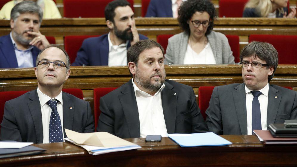 Foto: El presidente de la Generalitat, Carles Puigdemont (d), el vicepresidente del Govern y Conseller de Economía, Oriol Junqueras (c), y el conseller de la Presidencia, Jordi Turull (i). (EFE)