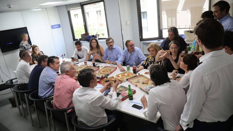 Imagen de la comida de Sáenz de Santamaría junto a parte de su equipo en  Génova.