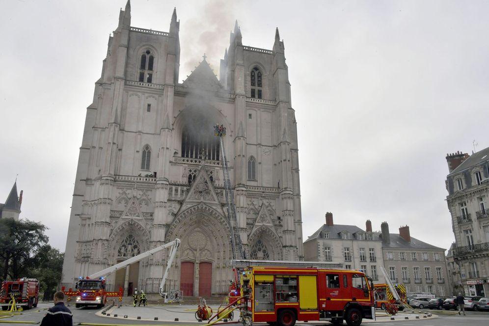 Foto: Los bomberos controlan el incendio en la catedral de Nantes. (EFE)