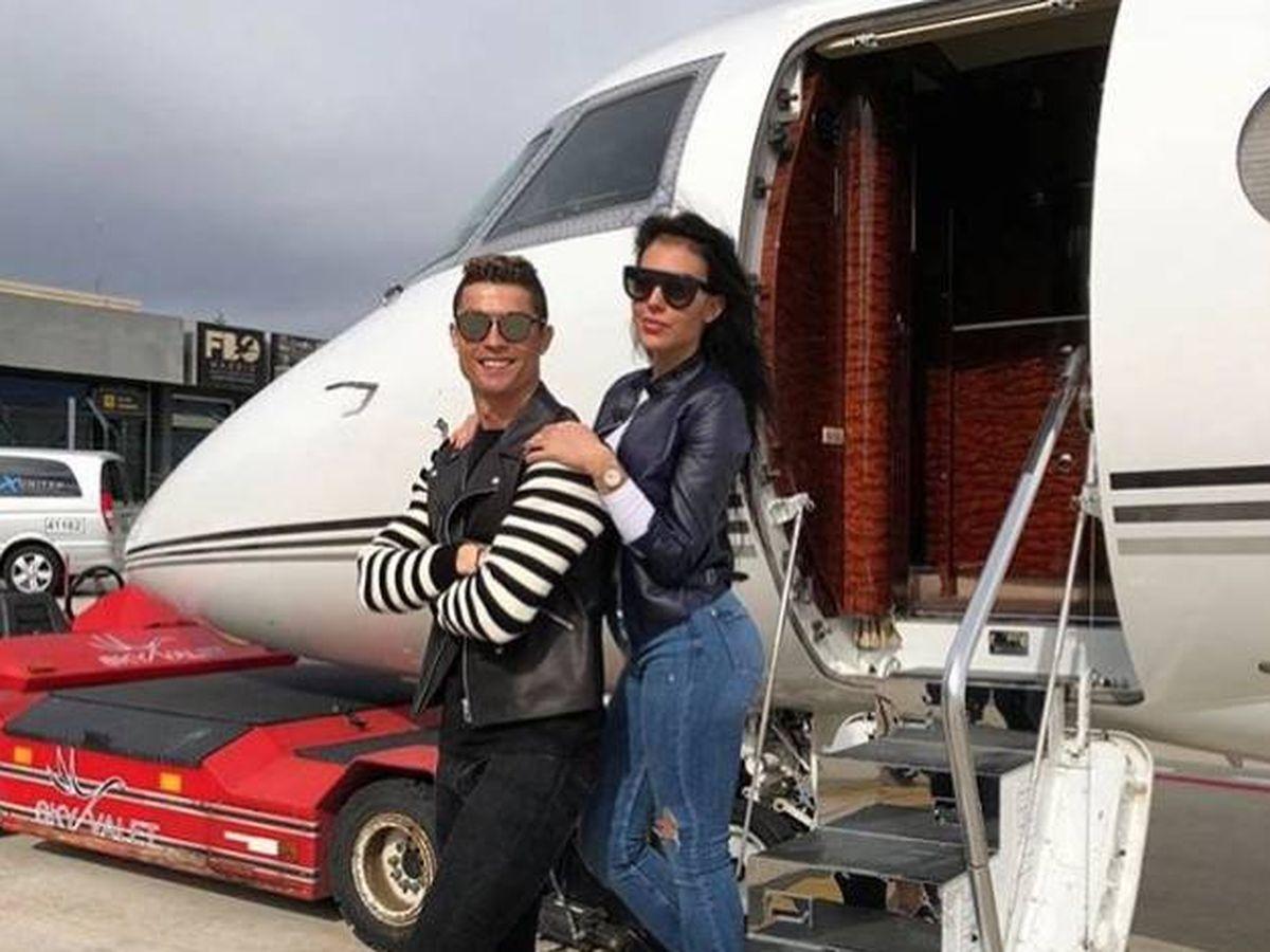 Foto: Cristiano y Georgina, frente a su jet privado. (IG @cristiano)