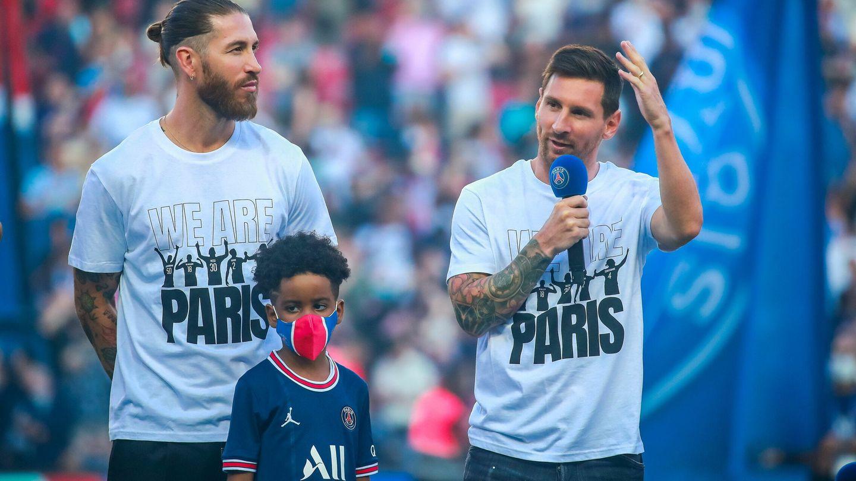 Sergio Ramos junto a Messi en la presentación en el Parque de los Príncipes. (Efe)