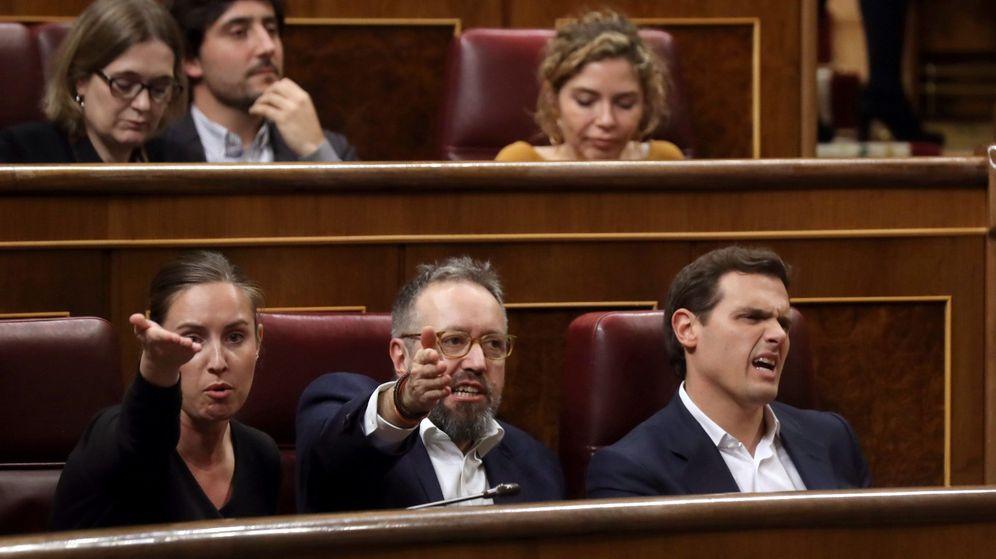 Foto: El líder de Ciudadanos, Albert Rivera (d), el portavoz, Juan Carlos Girauta y la diputada Melisa Rodríguez en el Congreso de los diputados. (EFE)