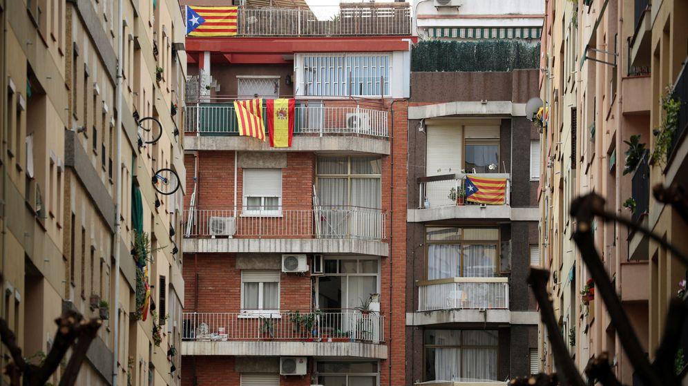 Foto: Banderas esteladas junto a una señera y una bandera de España en Barcelona. (Reuters)