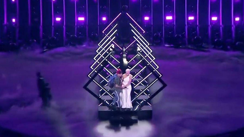 Eurovisión 2018: un espontáneo roba el micro a la cantante de Reino Unido