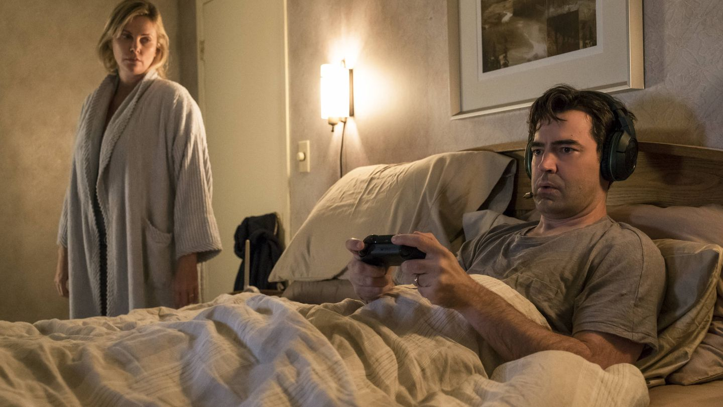 Charlize Theron y Ron Livingston en 'Tully'. (Universal)
