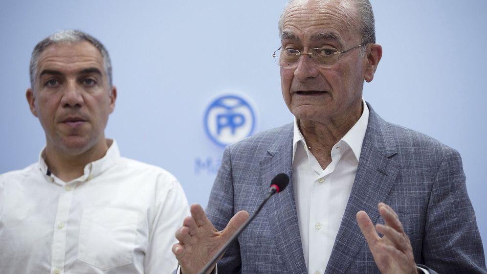 Foto: Francisco de la Torre, alcalde de Málaga, junto a Elías Bendodo, presidente del PP malagueño (EFE).