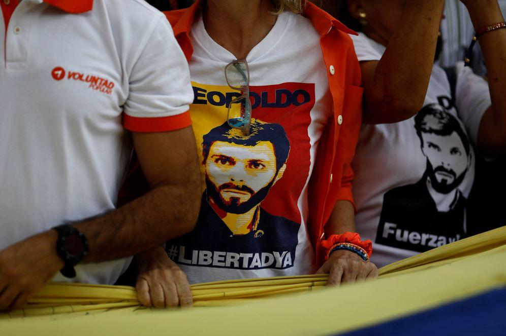 Foto: Manifestantes venezolanos con camisetas de Leopoldo López durante una protesta en Caracas, en mayo de 2018. (Reuters)