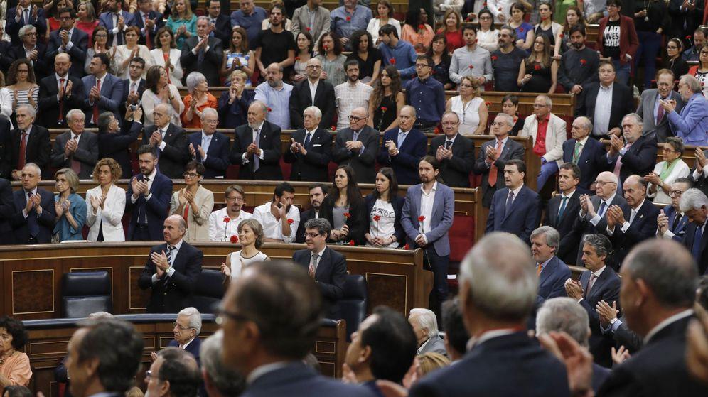 Resultado de imagen de El Congreso aplaude en pie a los Reyes