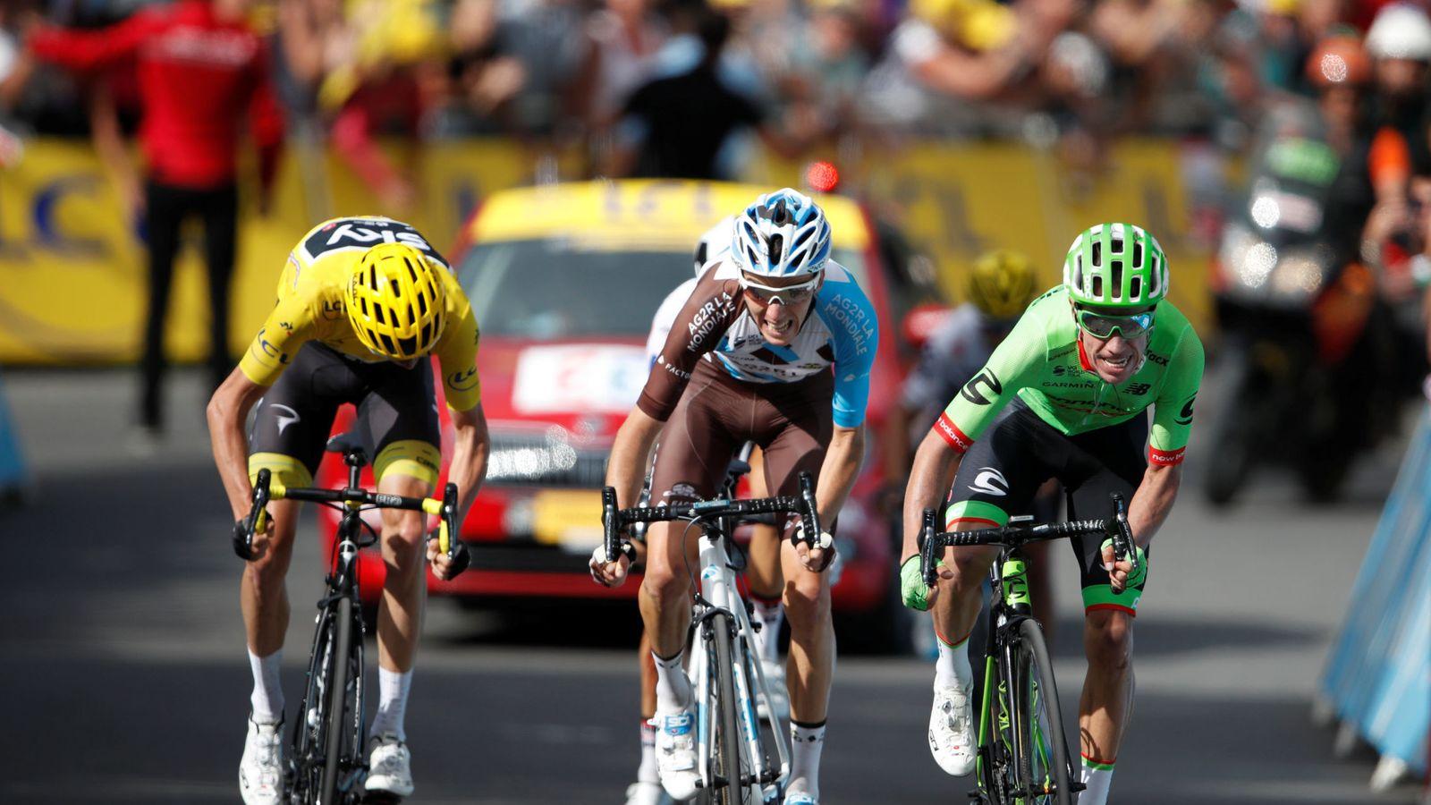 Foto: Urán y Froome ganaron a Bardet en el sprint por la bonificación. (Reuters)