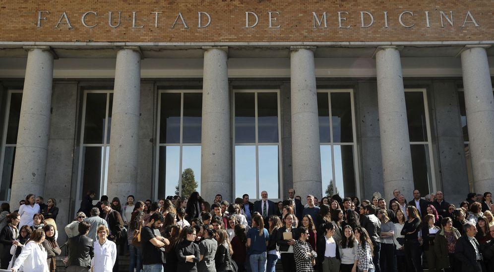 Foto: Varios estudiantes frente a la Facultad de Medicina de la Universidad Complutense. (EFE)