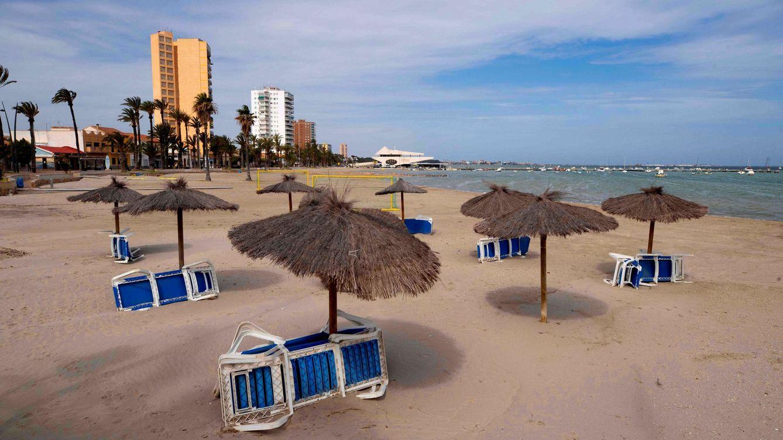 Cómo es una playa libre de coronavirus: dos metros entre sombrillas y aforos limitados