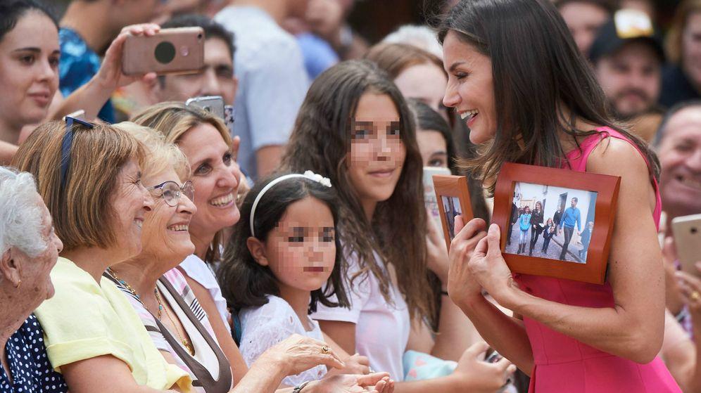 Foto: La reina Letizia, recibiendo el regalo. (Limited Pictures)