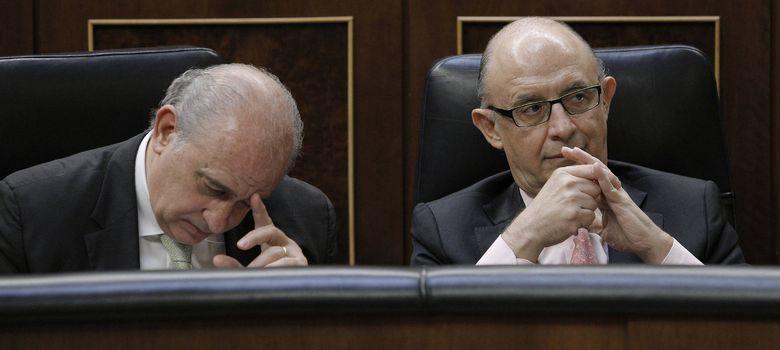 Foto: Los ministros de Interior y de Hacienda, en sus asientos en el Congreso (EFE)