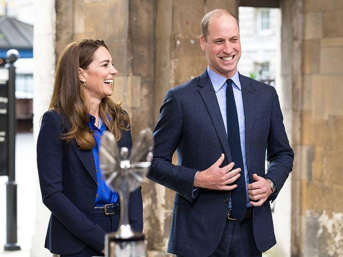 Foto: Los duques de Cambridge, con la camisa homenaje. (PA)
