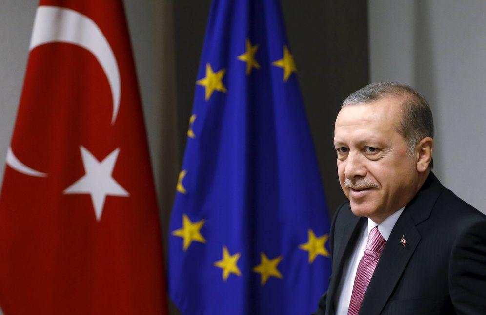 Foto: El presidente turco Recep Tayyip Erdogan espera el inicio de un encuentro del Consejo de Europa en Bruselas, en octubre de 2015 (Reuters)