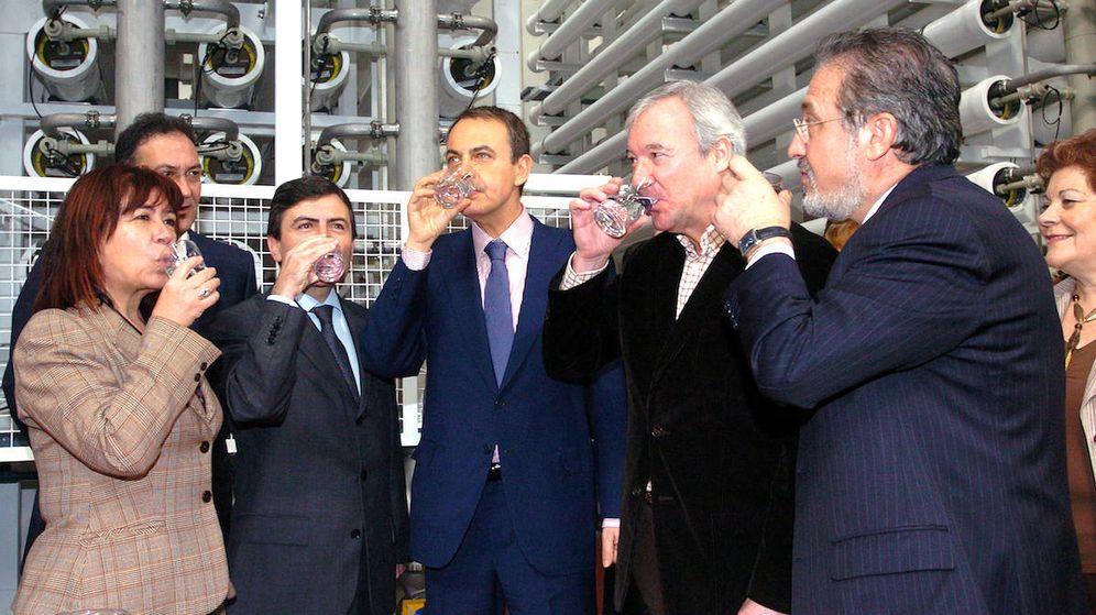 Foto: Narbona, Saura, Zapatero y Valcárcel inauguran en 2007 una desaladora en Murcia. (EFE)