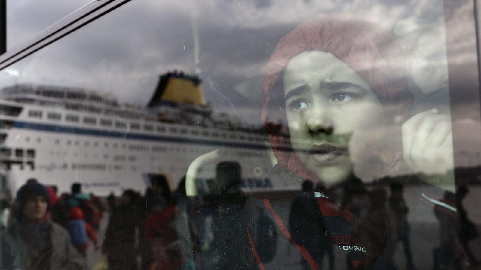Foto: Un niño refugiado, a su llegada al puerto de Piraeus, cerca de Atenas. (EFE)