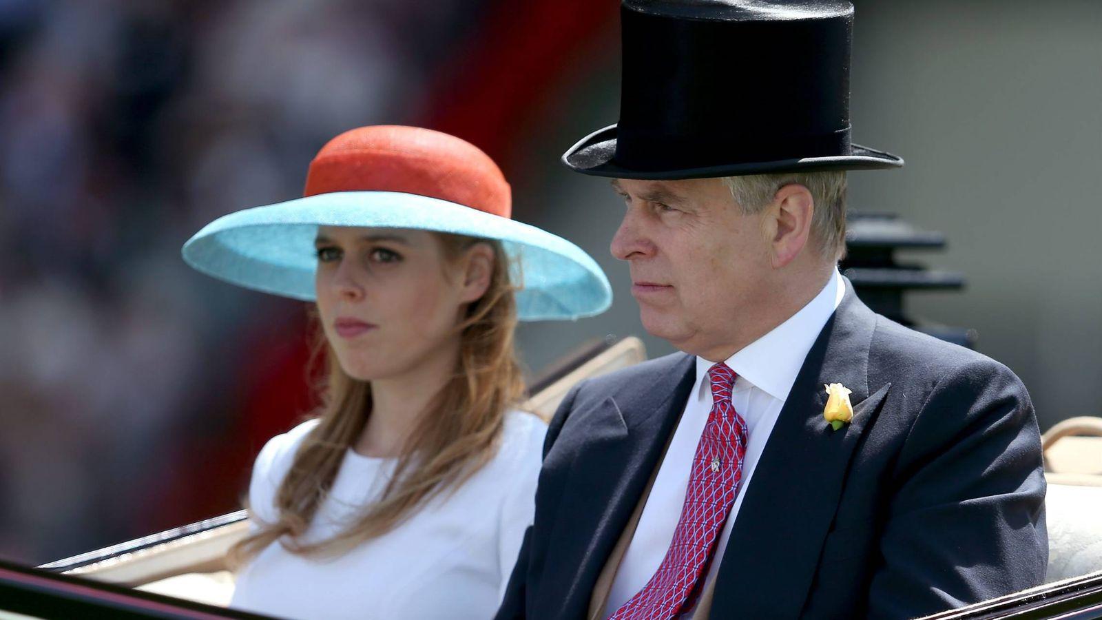 Foto: El duque de York con su hija, la princesa Beatriz, en una imagen de archivo. (Cordon Press)