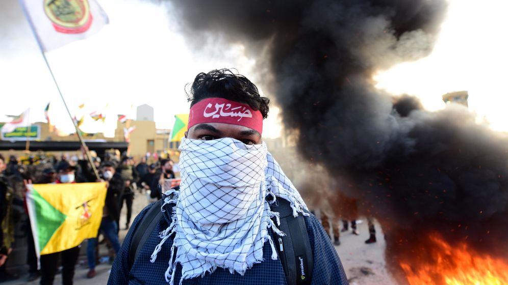 Foto: Miembros de las Brigadas Hezbollah (Hezbollah Brigades) durante las protestas frente a la embajada de Estados Unidos el 1 de enero. (EFE)